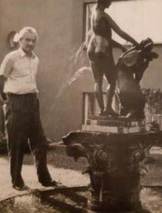 Cyril Bouda na zahradě domu na Babě, 1958